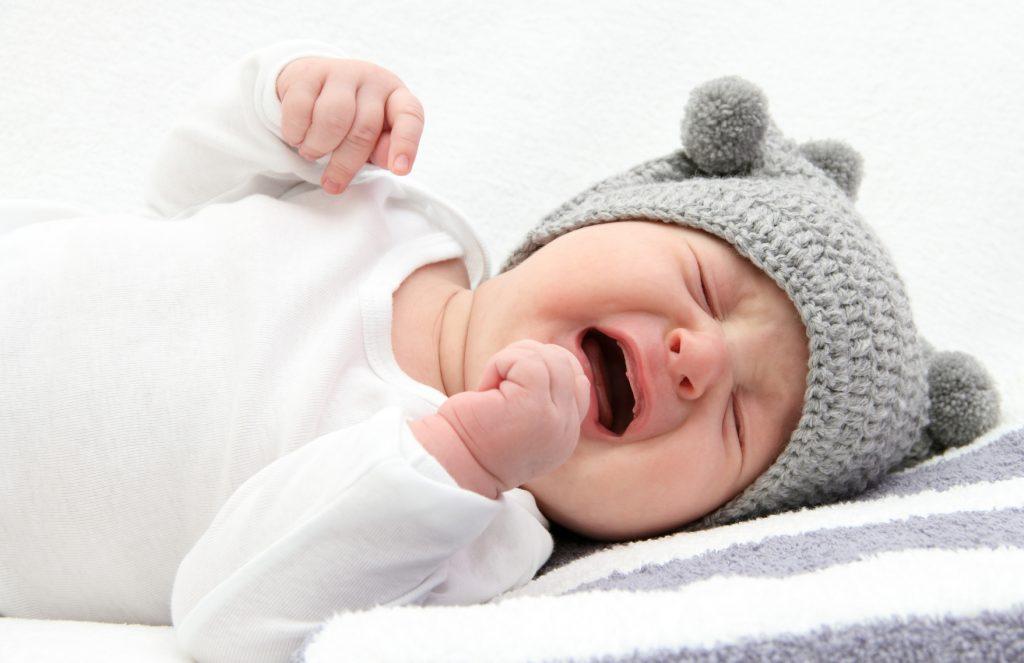 При запорах ребенок обеспокоен, часто плачет