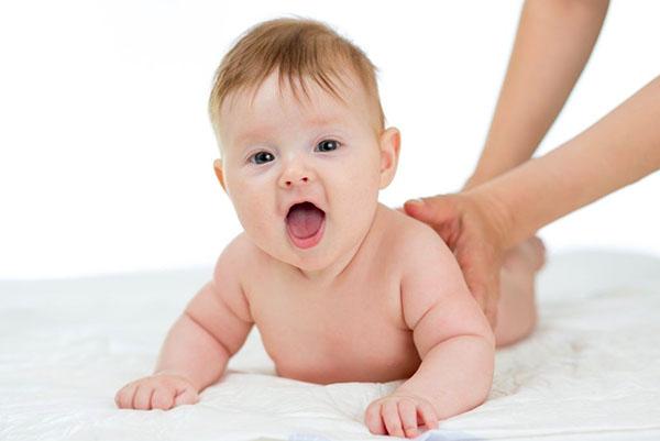 Малыш на животе