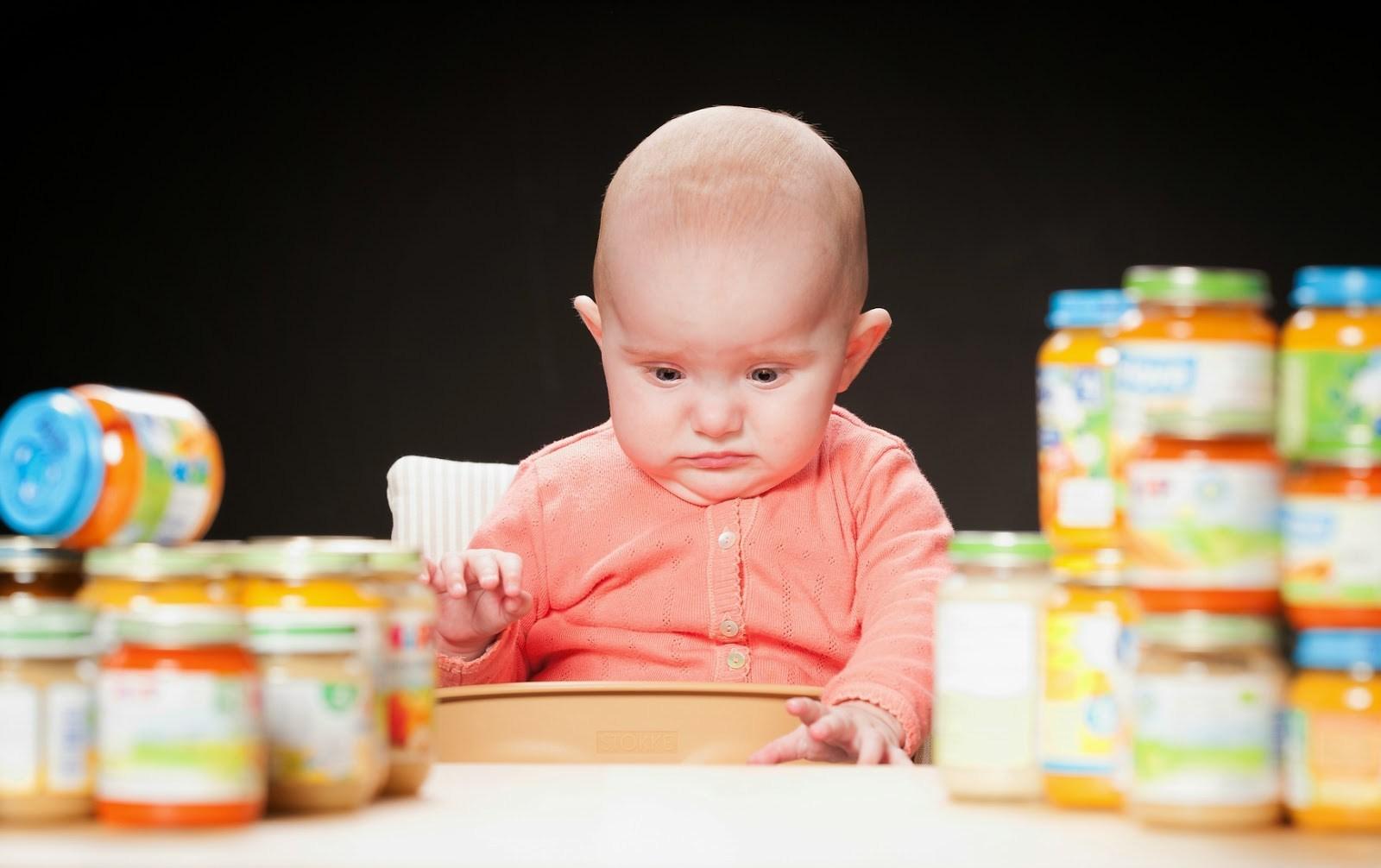 Малыш и баночки с детским питанием