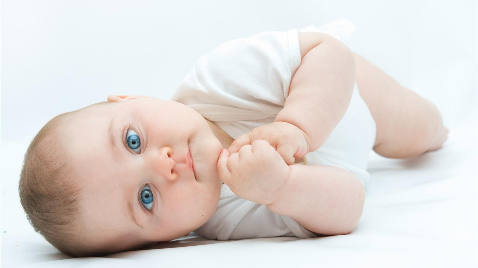 Причины того, что дети выгибают спинку, могут быть разные