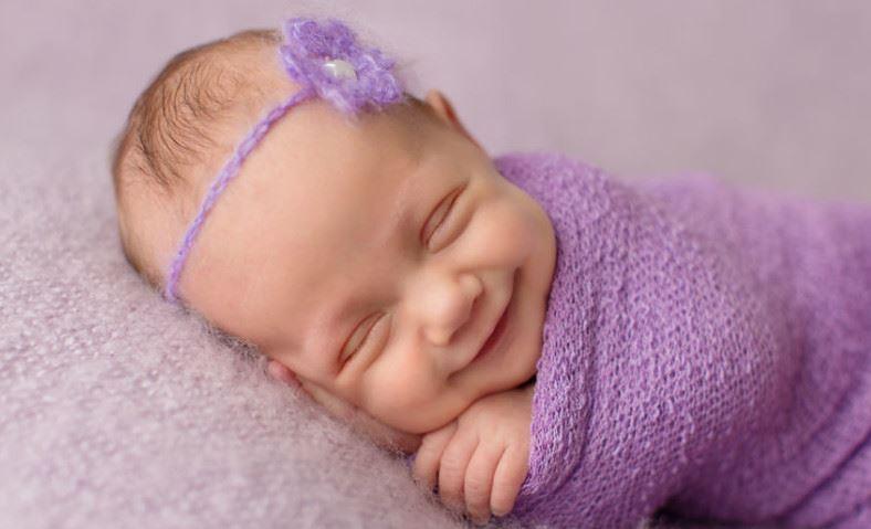 Счастливый младенец спит