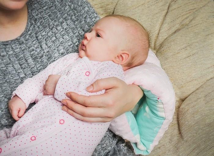 Укачивание младенца на руках