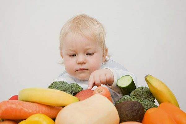 Ребенок с овощами