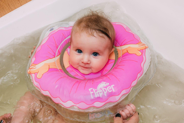 Девочка с кругом в ванной
