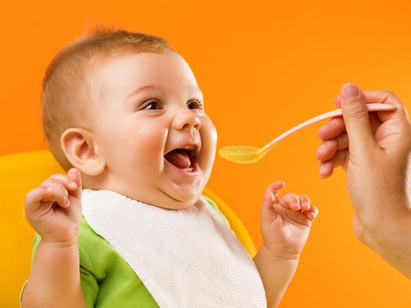 Малыш кушает пюре