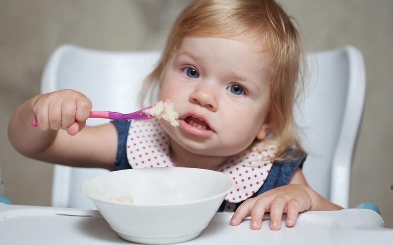 Ребенок пробует кушать самостоятельно