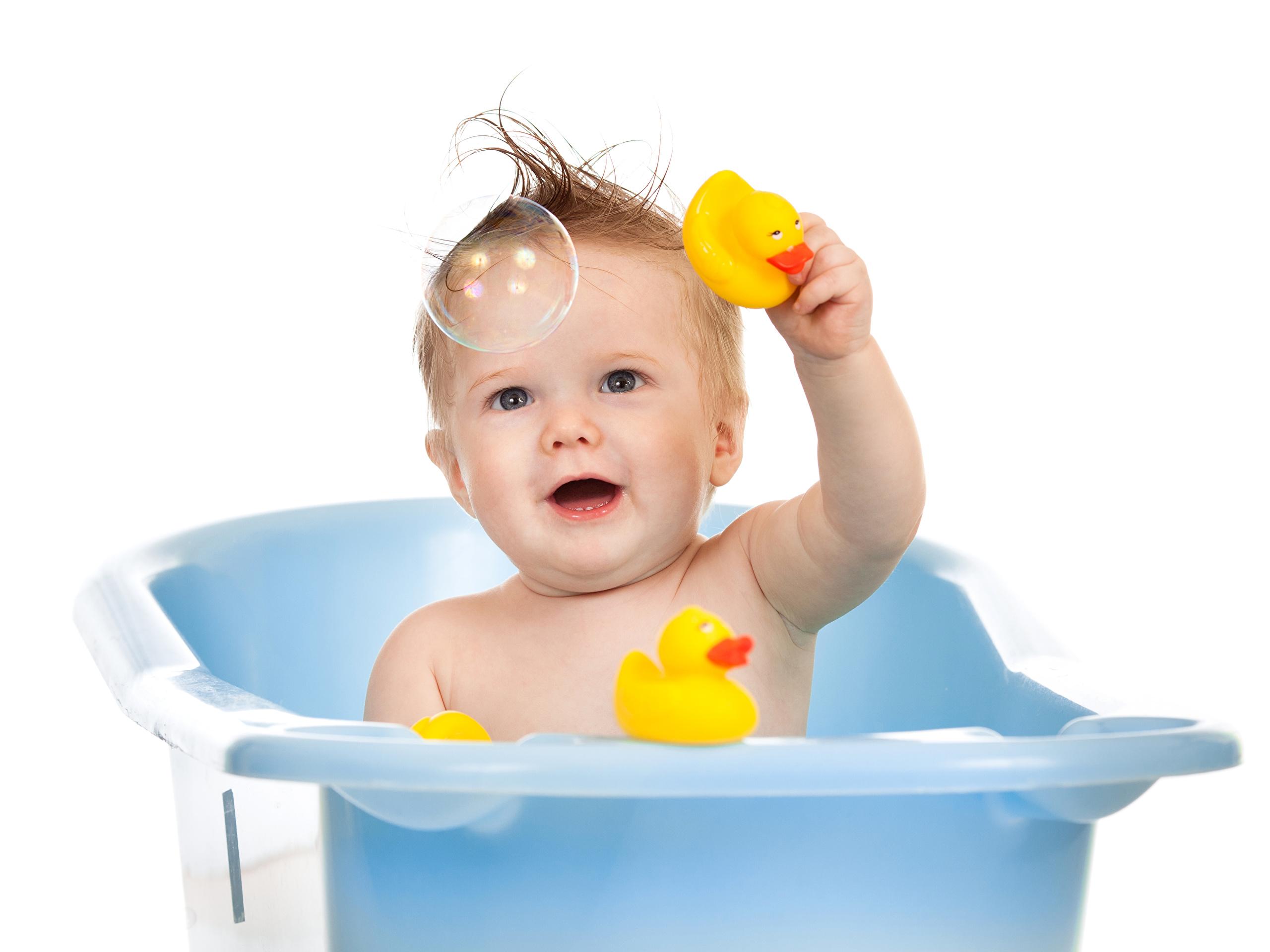 Дети очень любят принимать ванну