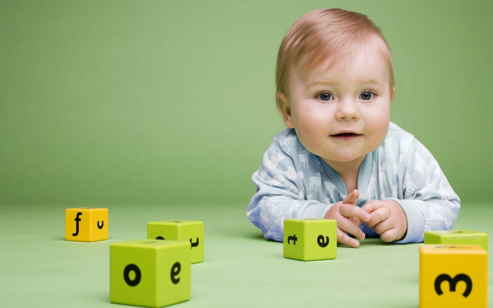 На «детском» языке младенец пытается назвать все, что ему интересно