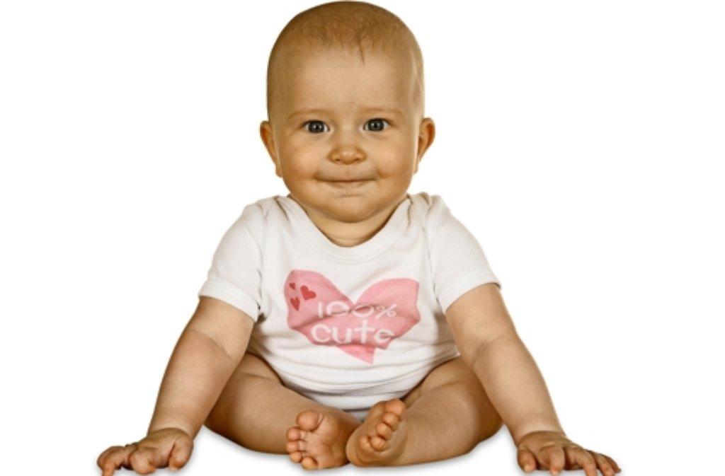 Малыш сидит, опираясь на руки