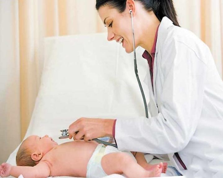 Если у грудничка на щеках возникла аллергия, чем лечить подскажет врач