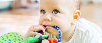 Малыш очень любит тянуть в рот игрушки и другие предметы