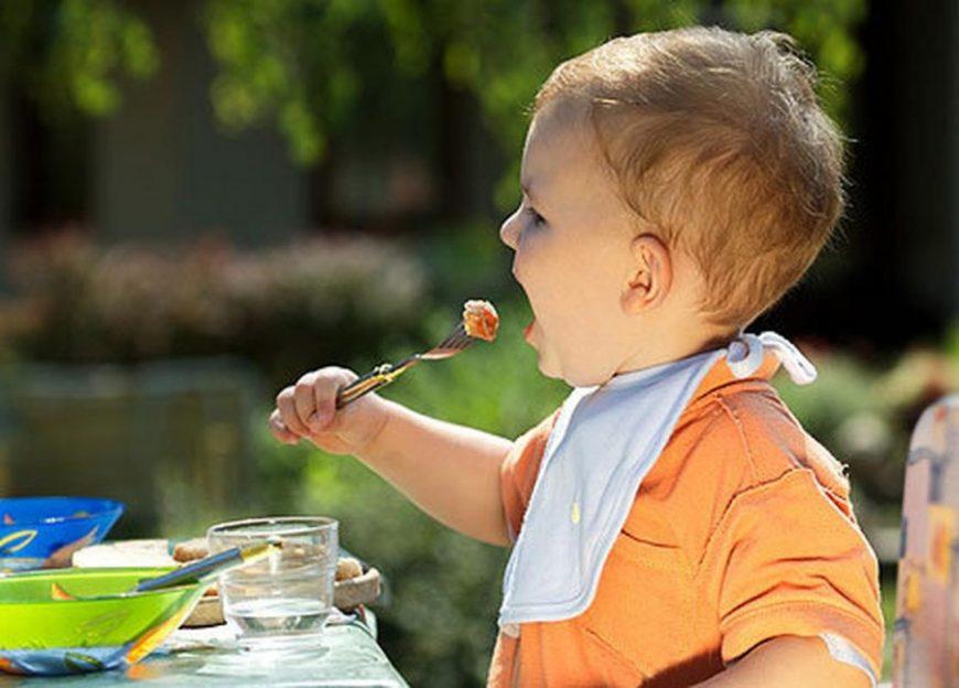 Малыш ест котлету
