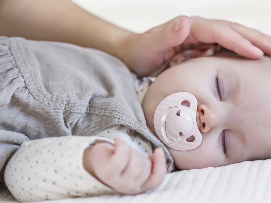 Малыш спит с соской