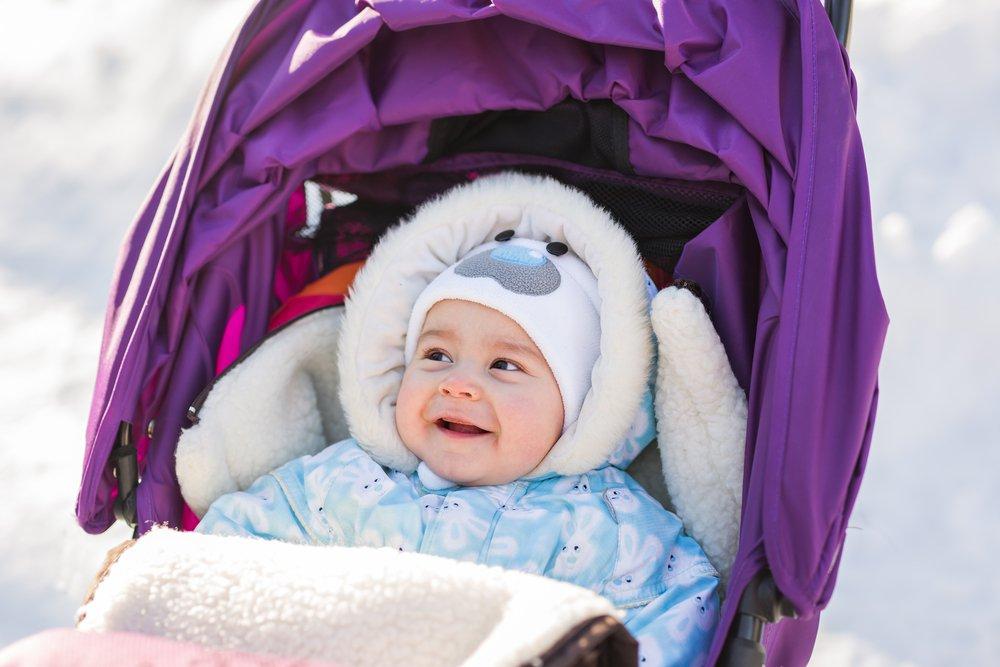 Малышка на прогулке в коляске зимой