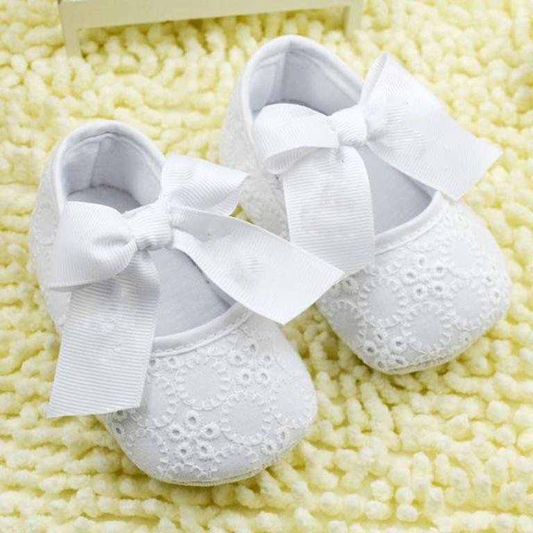 Ортопеды убедительно просят родителей не надевать на маленьких детей чужую обувь
