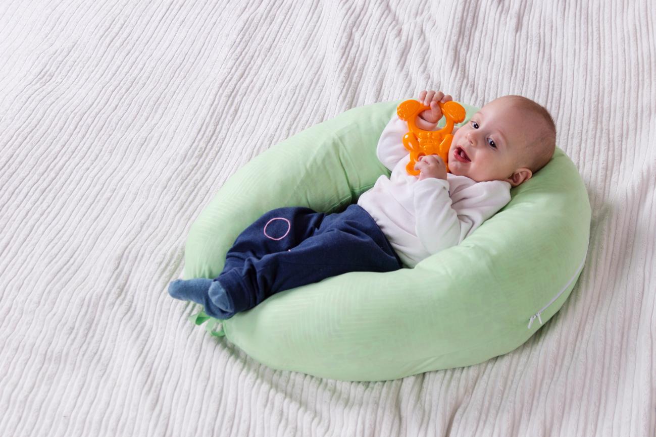 Ребенок, присаженный в подушках, – так делать нельзя