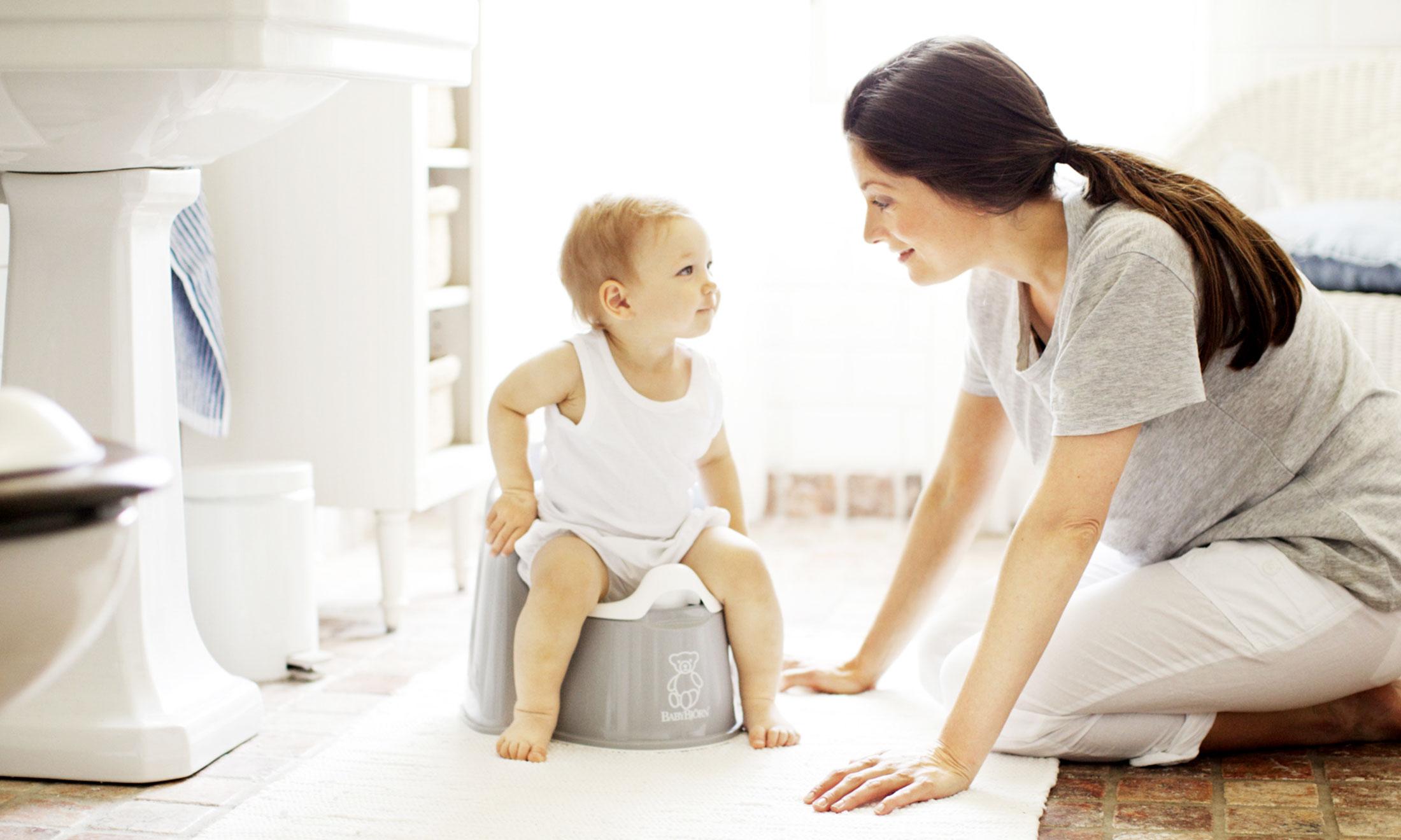 Мама помогает ребенку в ванной