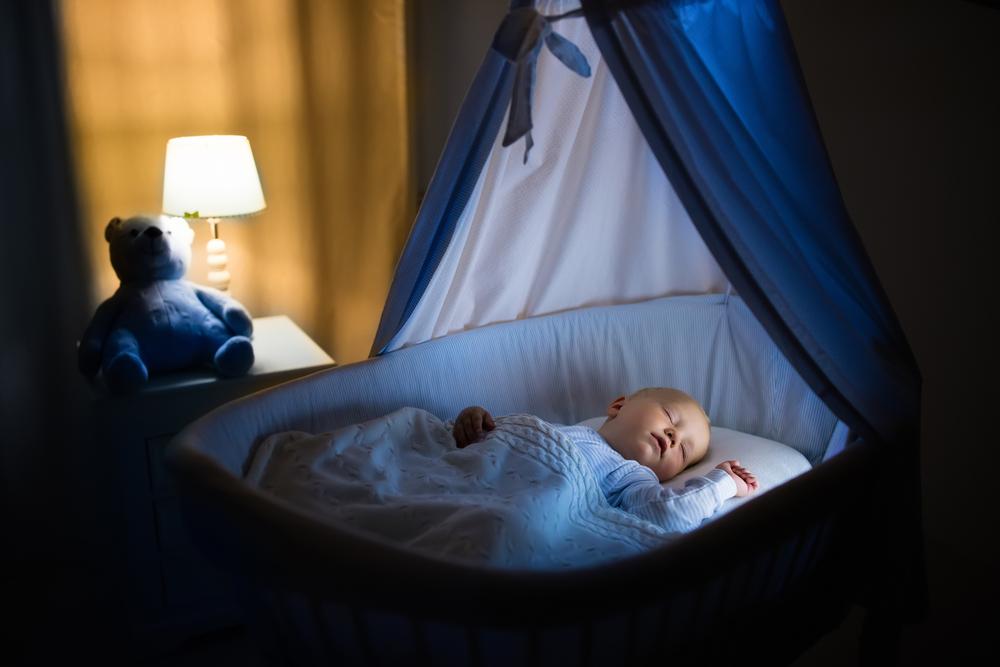 Чтобы малыш крепко спал ночью, мама предусматривает возможный дискомфорт