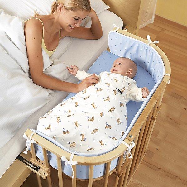 Кроватка малыша рядом с родительской постелью