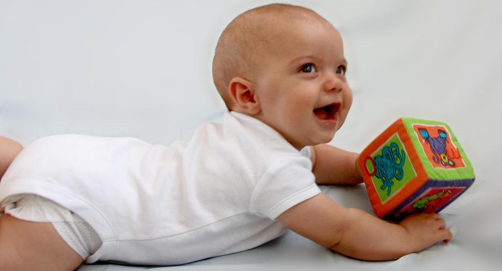 Многие дети делают первые попытки ползать на животе