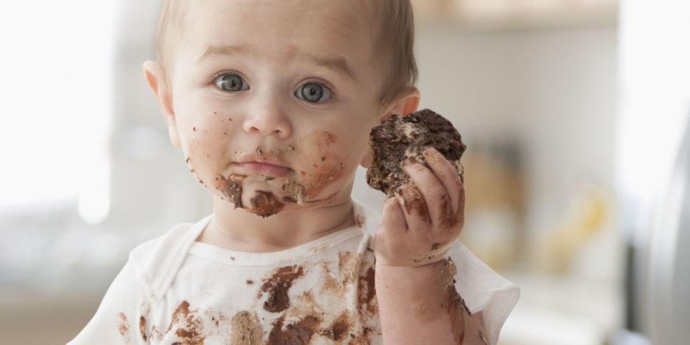 Малыш ест торт