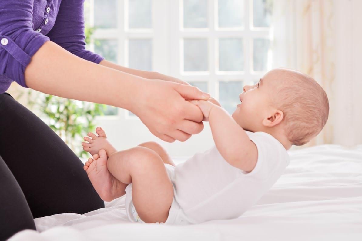 Упражнение для успешного развития навыка сидеть у ребенка