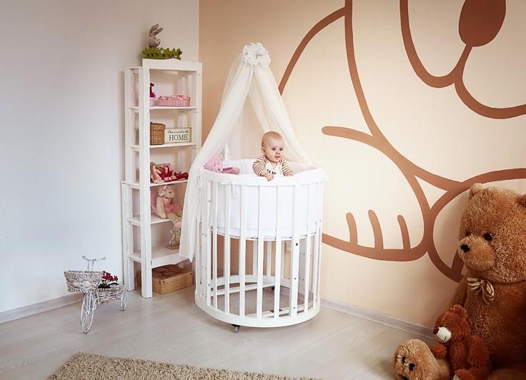 Ребенок в кроватке с балдахином