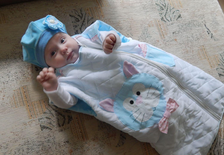 Новорожденная в спальном мешке