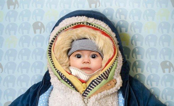 Младенец в большом количестве одежды