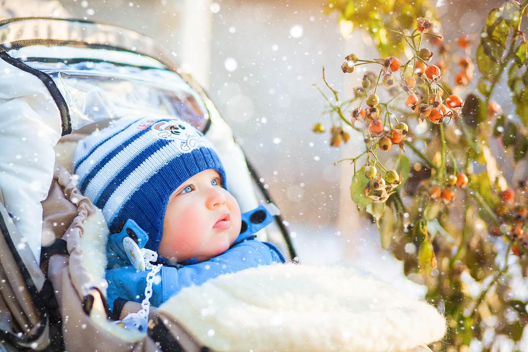 Гулять с малышом нужно в любую пору года