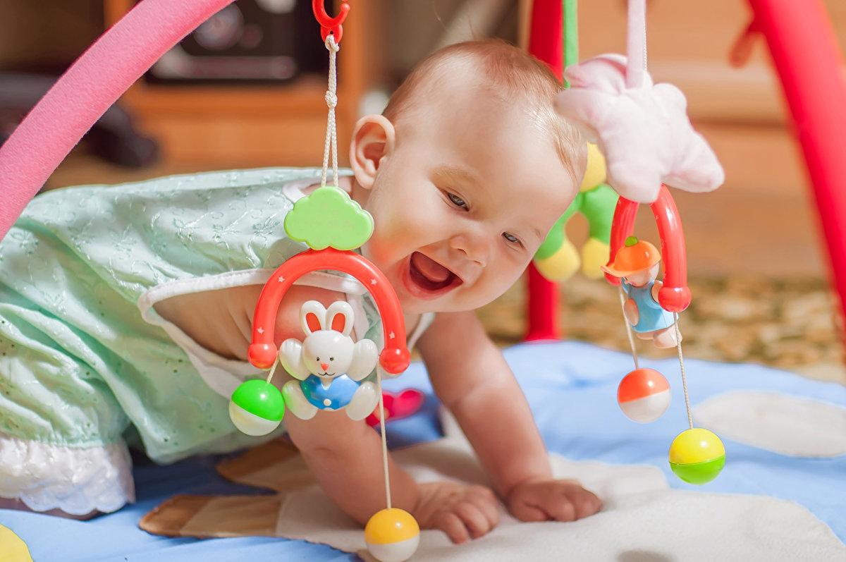 Периоды бодрствования и развлечений должны быть направлены на развитие крохи