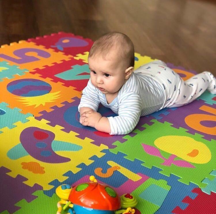 Малыш на коврике из пазлов