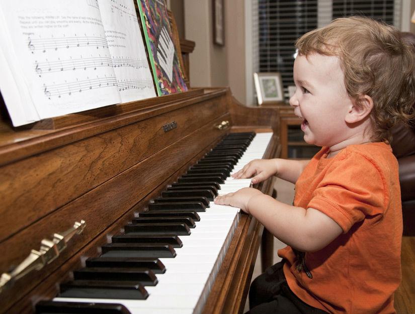 Малыш и фортепиано