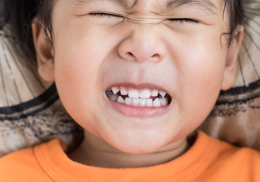 Мальчик скрипит зубами