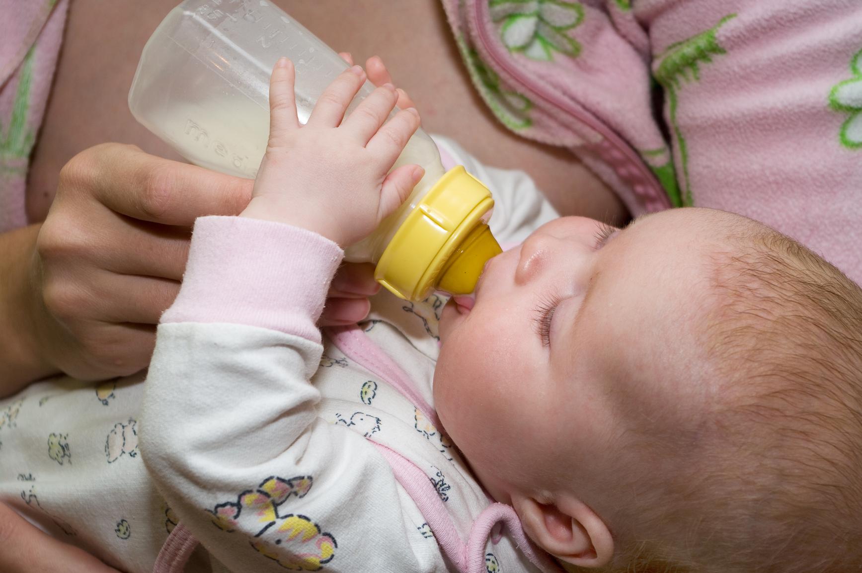 Ребенок ест из бутылки