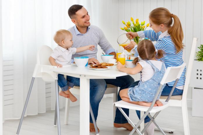 Ребенок за общим столом