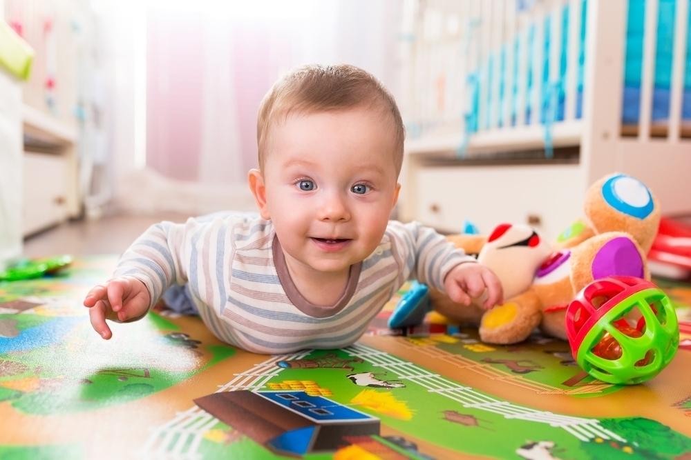 Младенец в окружении игрушек
