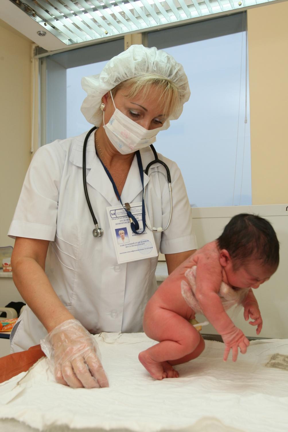 Первый осмотр младенца после рождения