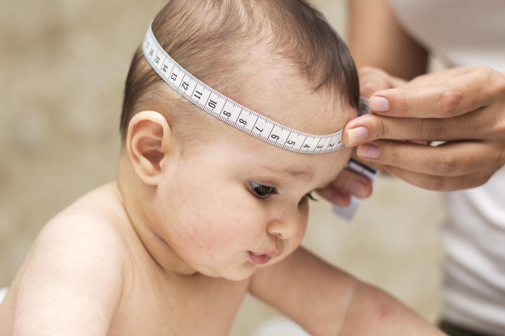 Младенца измеряют