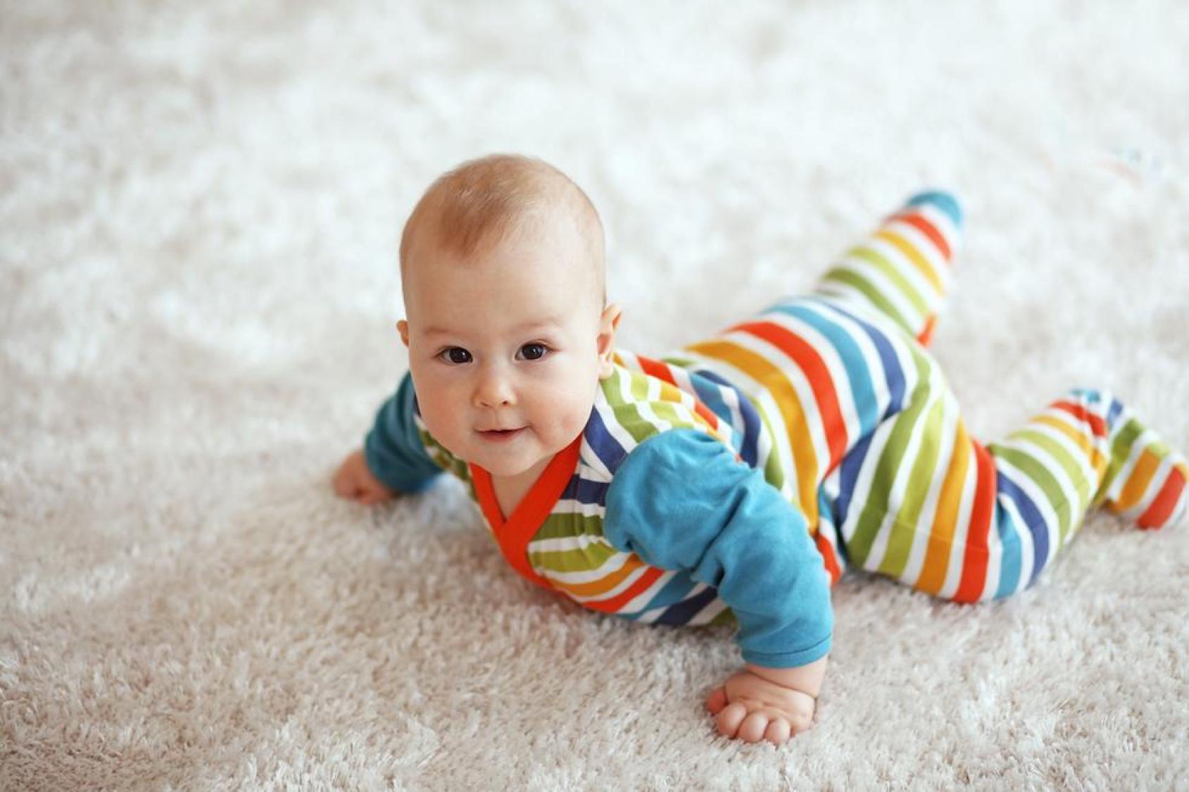 Самая первая фаза – ползание «по-пластунски», малыш лежит на животе и движется, отталкиваясь ногами