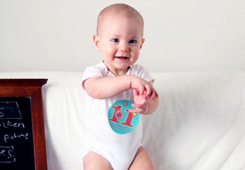 Почти все дети в этом возрасте любят подолгу стоять в манеже или в кроватке