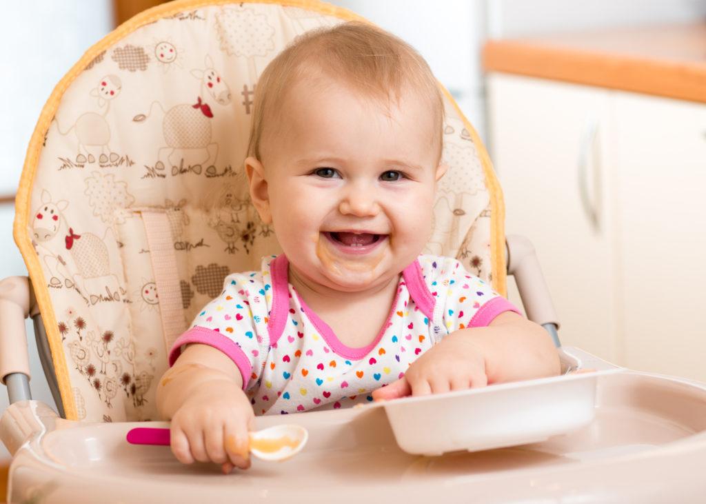Малыш пробует самостоятельно кушать