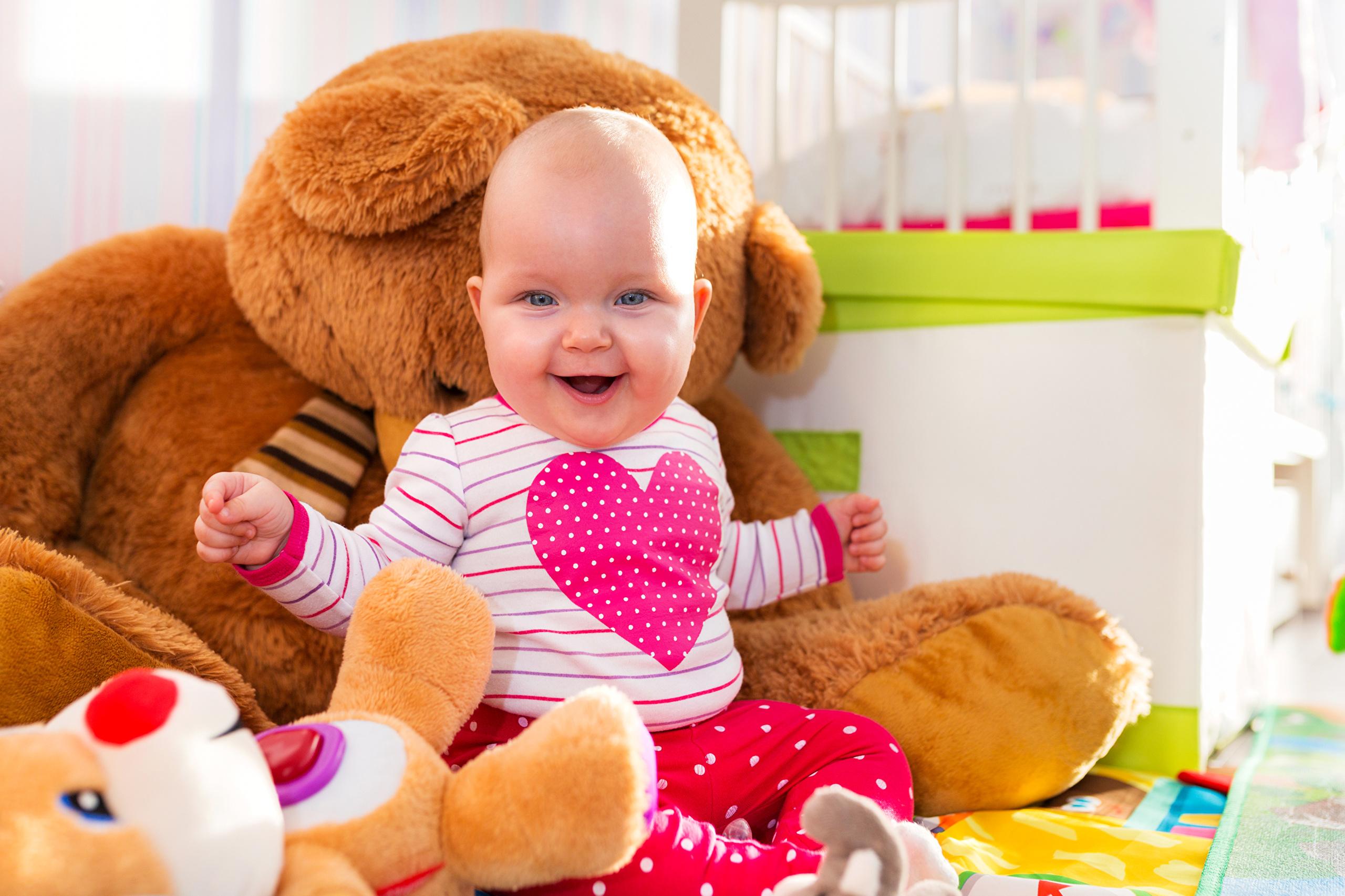 Малыш с мягкими игрушками