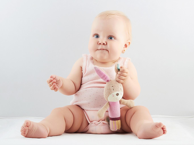 Младенец сидит