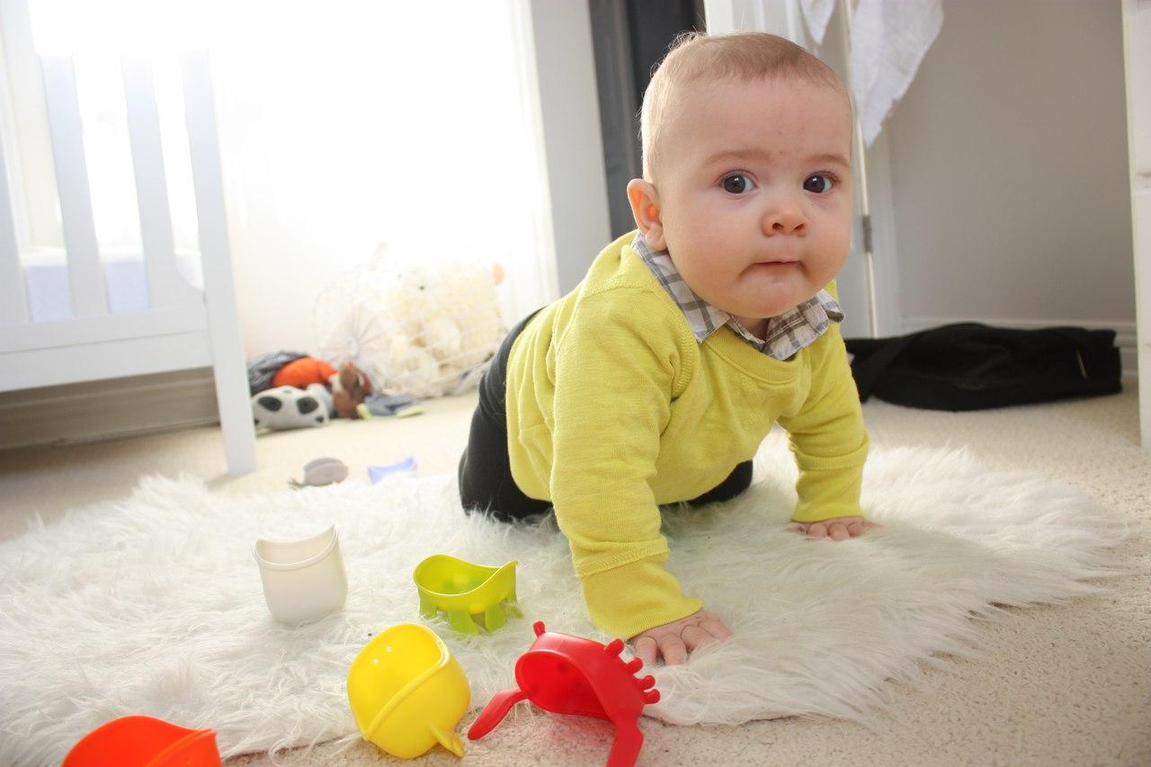 Чтобы мотивировать младенца, можно положить перед ним несколько ярких игрушек