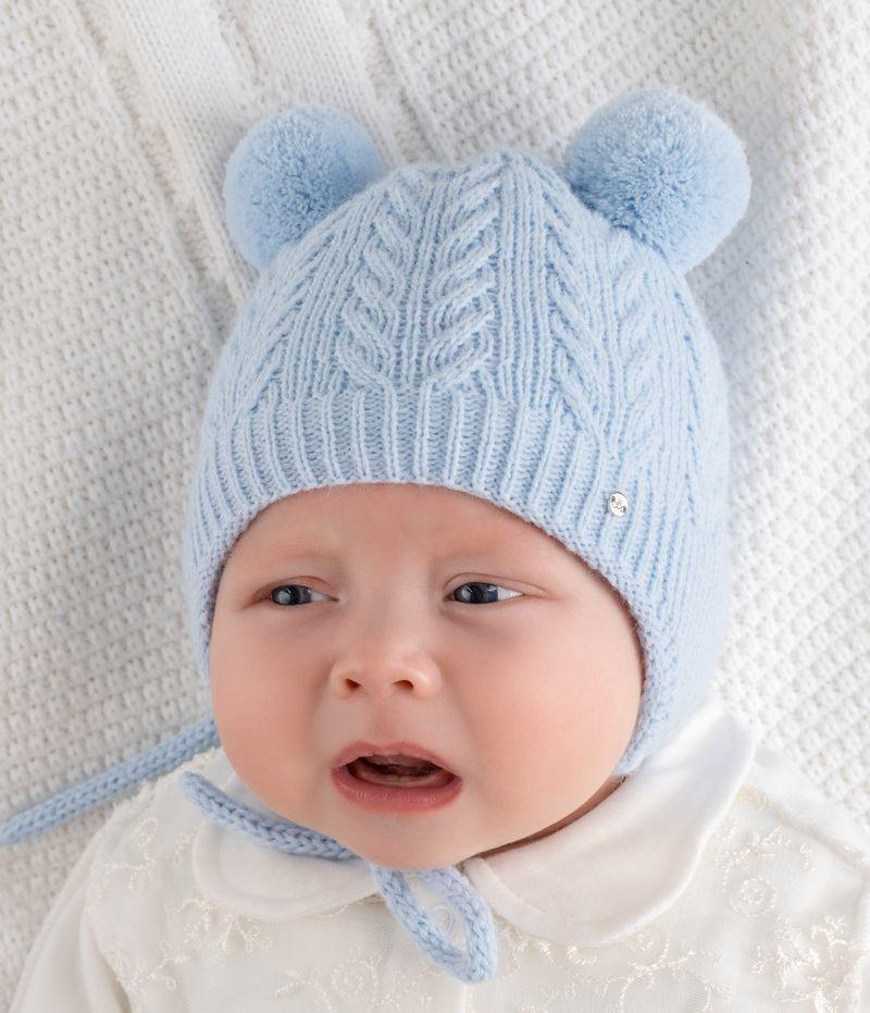 Младенец в шапке с завязками