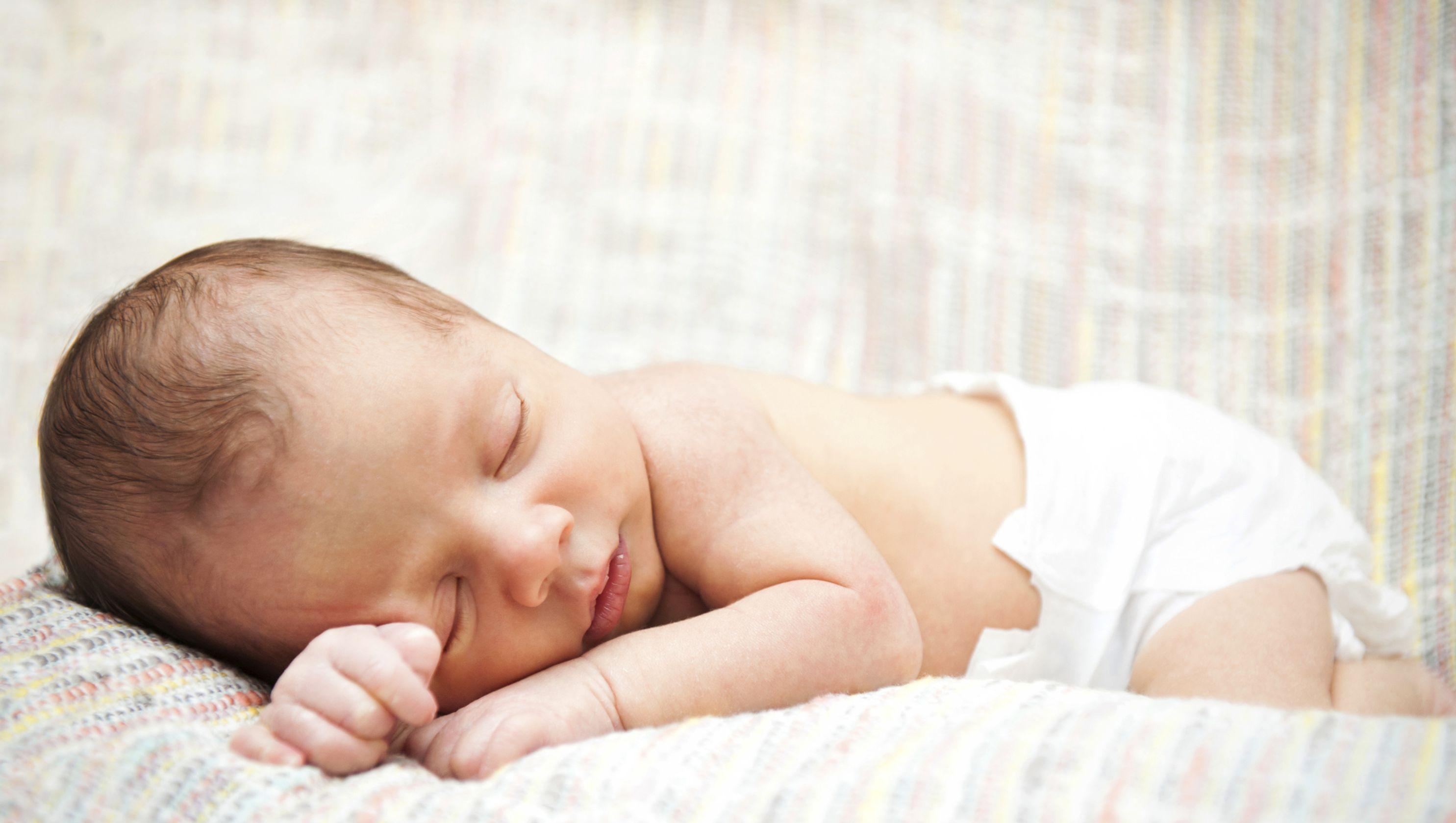 Двухнедельный грудничок безопасно спит на животике