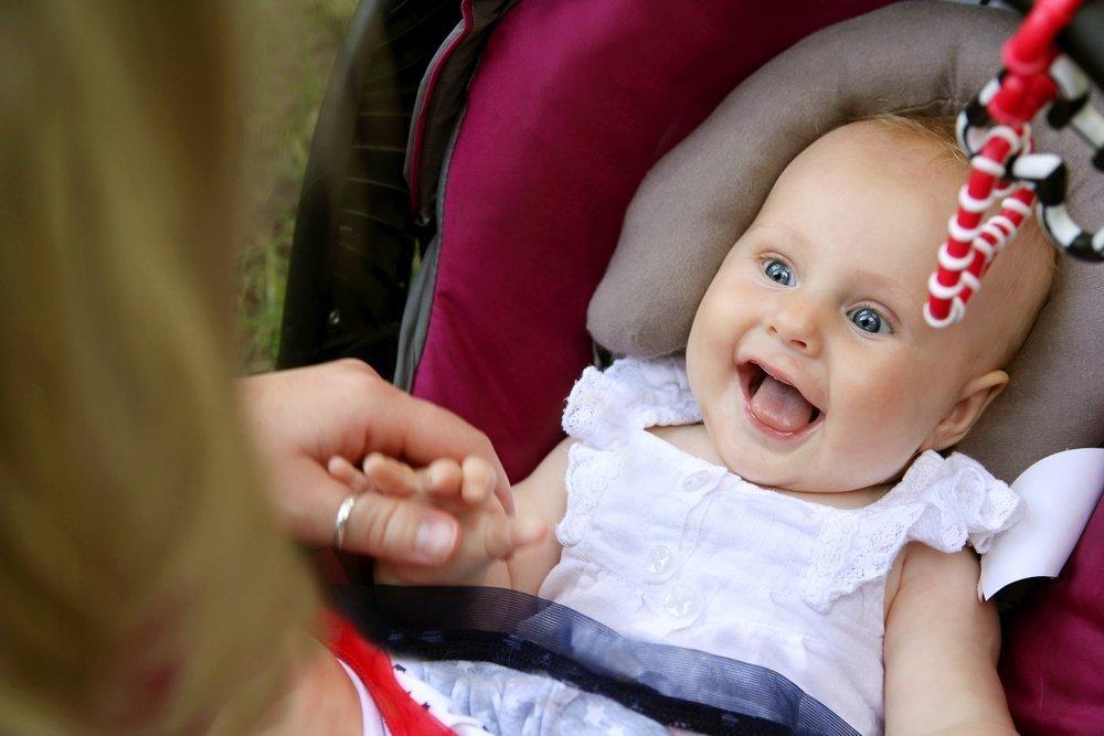 Младенец смеется
