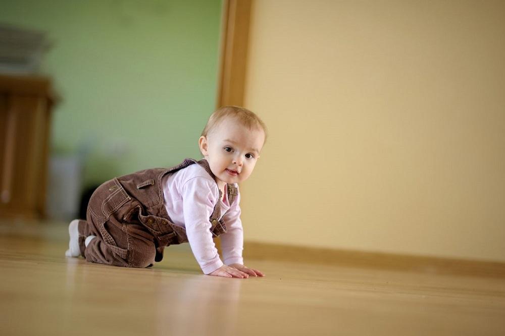 Обычно дети сначала встают на четвереньки, только потом учатся самостоятельно садиться