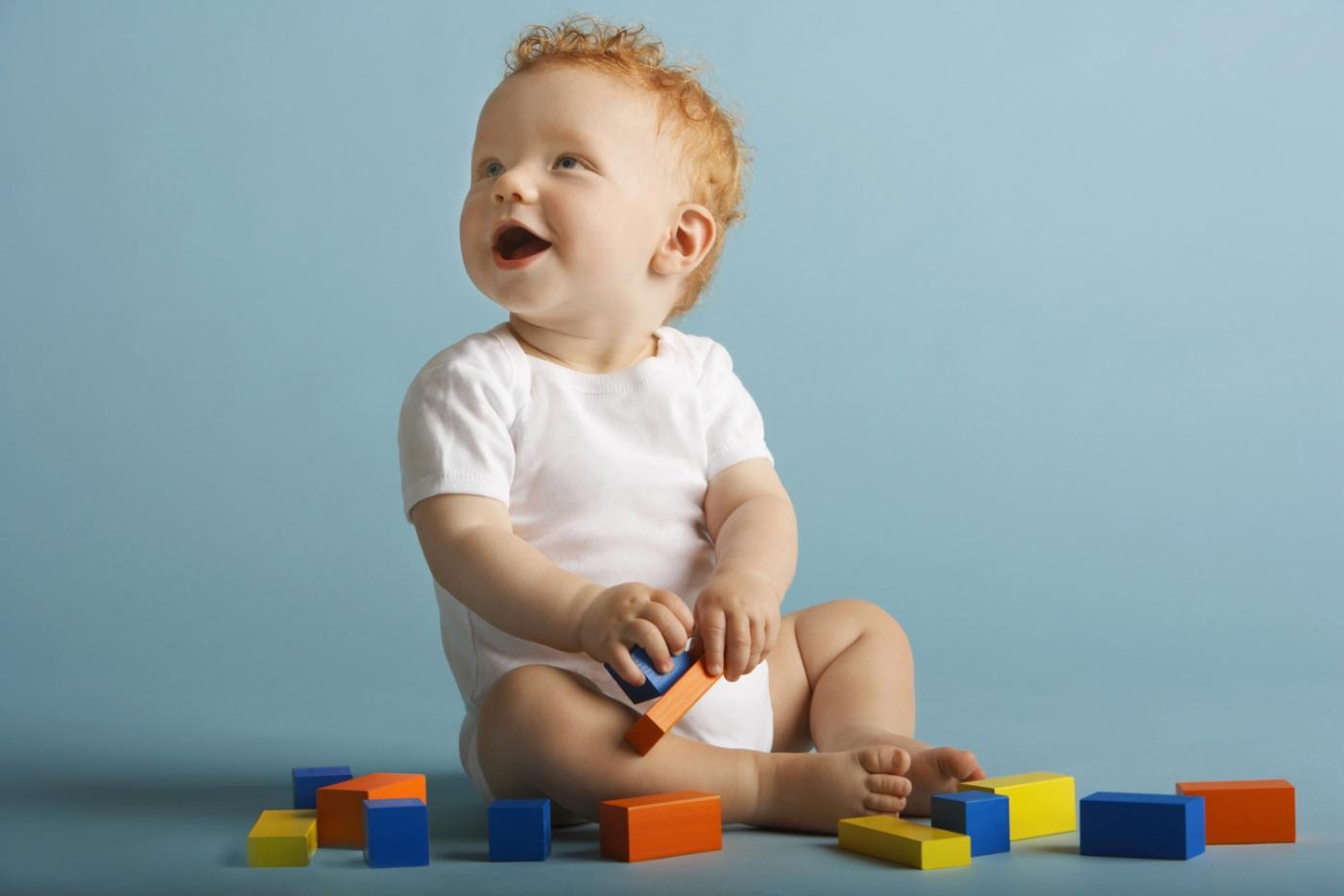 Радостный ребенок играет